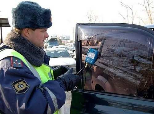 измерение светопроницаемости стекол автомобиля