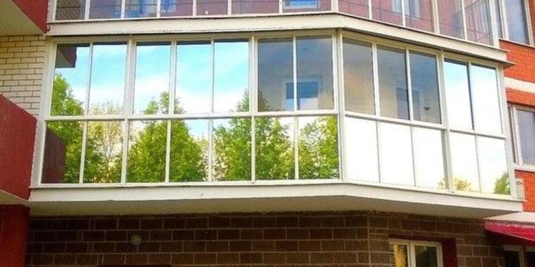 Особенность пленки заключается в том, что она предоставляет возможность оформить стекла в различных художественных решениях