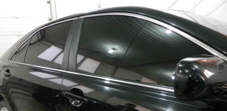 Машина, заклеенная металлизированной тонировочной плёнкой